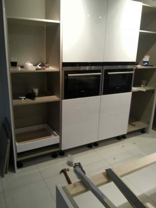 Keuken Design Suriname : Achter de draaideuren van de hoge kasten ...