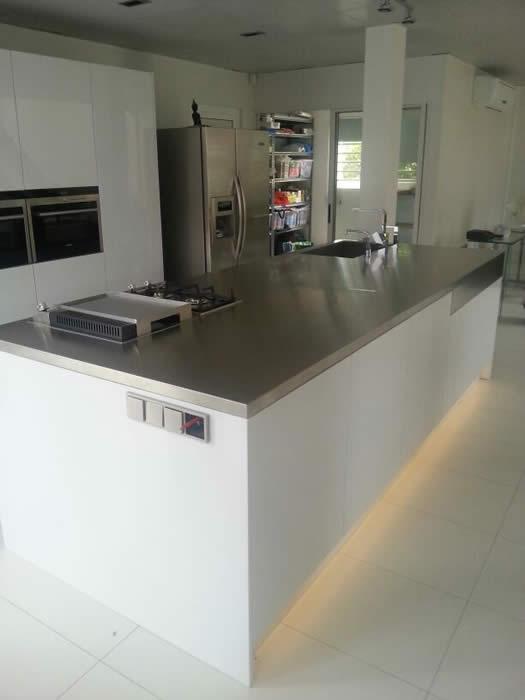 Keuken Design Suriname : Ook de plafondafzuigkap is gemonteerd in de ...