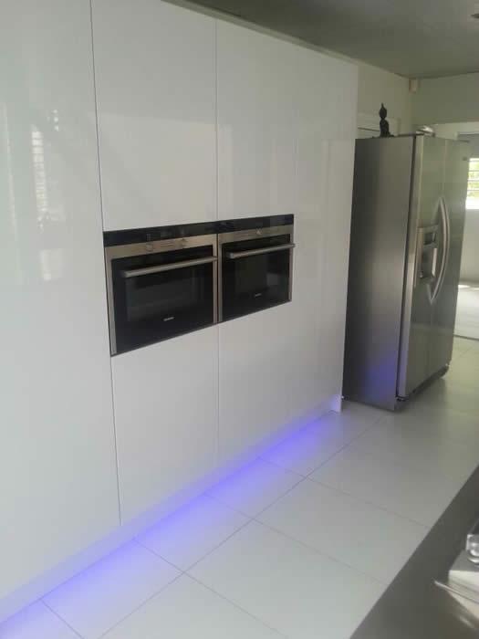 ook onder de keuken plint van de hoge kasten is led verlichting aangebracht