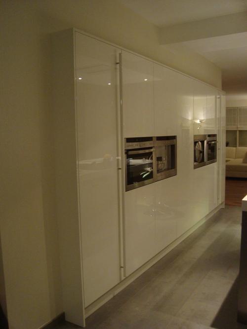 Kastenwand Keuken Hoogte : Bij deze Snaidero keuken is een hele lange kastenwand van wel 423,6cm
